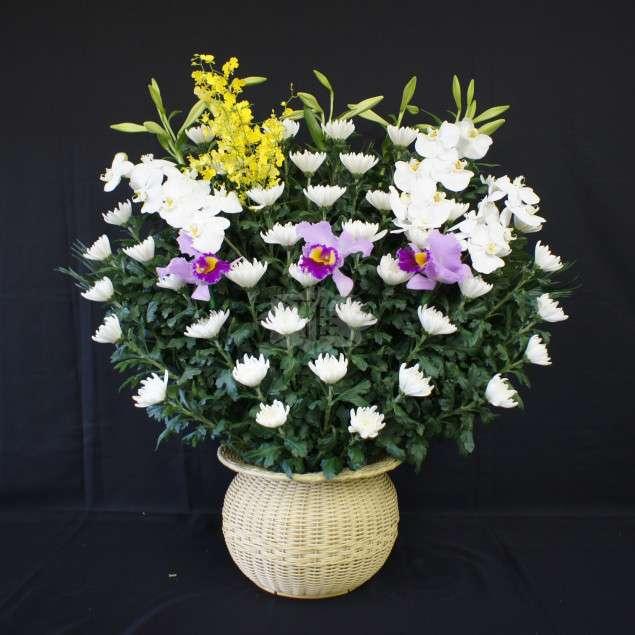 <strong>生花 C</strong><br>祭壇両脇にお飾りする生花になります。
