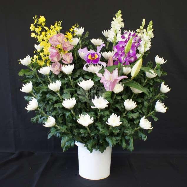 <strong>生花 B</strong><br>祭壇両脇にお飾りする生花になります。